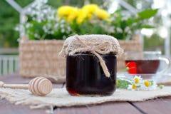 Umweltfreundlicher Honig in den Glasgefäßen Lizenzfreie Stockfotos