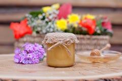 Umweltfreundlicher Honig in den Glasgefäßen Stockbilder