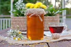 Umweltfreundlicher Honig in den Glasgefäßen Lizenzfreie Stockfotografie