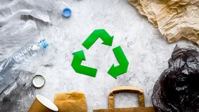 Umweltfreundliches Leben Grünbuch, das Zeichen unter Altpapier, Plastik, Polyäthylen auf Draufsicht des grauen Hintergrundes aufb stockfoto