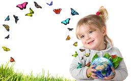 Umweltkonzept, Kind, das Erde mit Fliegenschmetterlingen hält Stockfotografie