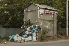 Umweltproblem der Großstadt Speicherbereinigung für Beseitigung durch das Hängen an den Haken angebracht an der Wand des Gebäudes stockbilder