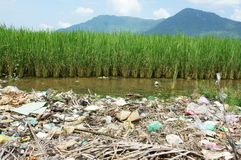 Umweltproblem, Müllgrube, Ackerland, verunreinigt Lizenzfreies Stockfoto