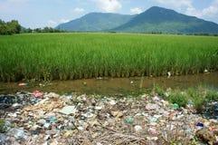 Umweltproblem, Müllgrube, Ackerland, verunreinigt Stockfoto