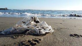 Umweltschutz ist notwendiges Plastiktaschen ist nicht biologisch abbaubar, das Meer und Natur leiden unter ununterbrochener Versc stock video footage