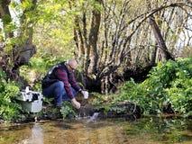 Umweltverschmutzungsstudie eines Wasserlaufs lizenzfreie stockfotografie