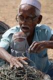 Umwickelndes Seil des malaysischen Fischers Lizenzfreie Stockfotos