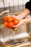 umyć pomidorów Zdjęcia Royalty Free