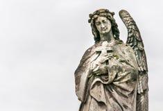 Un ángel con una cruz Foto de archivo libre de regalías