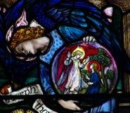 Un ángel que muestra el anuncio en vitral fotografía de archivo libre de regalías