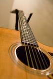 Un ángulo más inferior de la guitarra de Taylor Fotos de archivo