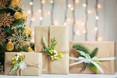 Un árbol de navidad adornó copos de nieve y una guirnalda Fotos de archivo libres de regalías