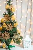 Un árbol de navidad adornó copos de nieve y una guirnalda Foto de archivo libre de regalías