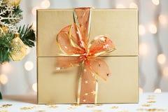 Un árbol de navidad adornó copos de nieve y una guirnalda con la caja de regalo en el fondo de un bokeh Fotografía de archivo libre de regalías