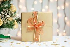 Un árbol de navidad adornó copos de nieve y una guirnalda con la caja de regalo en el fondo de un bokeh Imágenes de archivo libres de regalías