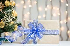 Un árbol de navidad adornó copos de nieve y una guirnalda con la caja de regalo en el fondo de un bokeh Imagen de archivo libre de regalías