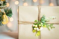 Un árbol de navidad adornó copos de nieve y una guirnalda con la caja de regalo en el fondo de un bokeh y de tableros blancos Fotos de archivo