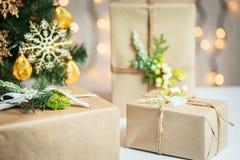Un árbol de navidad adornó copos de nieve y una guirnalda con la caja de regalo en el fondo de un bokeh y de tableros blancos Imagen de archivo libre de regalías