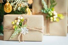 Un árbol de navidad adornó copos de nieve y una guirnalda con la caja de regalo en el fondo de un bokeh y de tableros blancos Imagen de archivo
