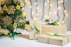 Un árbol de navidad adornó copos de nieve y una guirnalda con la caja de regalo en el fondo de un bokeh y de tableros blancos Fel Fotos de archivo