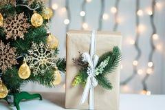 Un árbol de navidad adornó copos de nieve y una guirnalda con la caja de regalo en el fondo de un bokeh y de tableros blancos Fel Imágenes de archivo libres de regalías