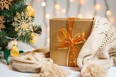 Un árbol de navidad adornó copos de nieve y una guirnalda con la caja de regalo en el fondo de un bokeh y de tableros blancos Fel Imagen de archivo