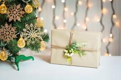 Un árbol de navidad adornó copos de nieve y una guirnalda con la caja de regalo en el fondo de un bokeh y de tableros blancos Fel Imagen de archivo libre de regalías