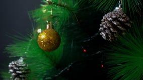 Un árbol de navidad adornado con los juguetes brillantes del árbol de navidad y las luces brillantes metrajes