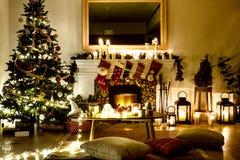 Un árbol de navidad adornado en la casa Imágenes de archivo libres de regalías