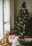 Un árbol de navidad adornado en la sala de estar Fotos de archivo libres de regalías