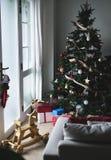 Un árbol de navidad adornado en una sala de estar Imagen de archivo libre de regalías