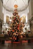 Un árbol de navidad adornado gigante fotografía de archivo libre de regalías