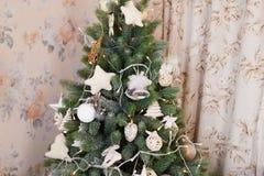 Un árbol de navidad adornado verde Imagenes de archivo