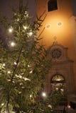 Un árbol de navidad cerca de una iglesia vieja imagen de archivo