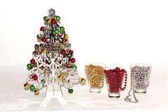 Un árbol de navidad de plata con las decoraciones coloridas Fotografía de archivo libre de regalías