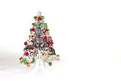 Un árbol de navidad de plata con las decoraciones coloridas Foto de archivo libre de regalías