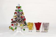 Un árbol de navidad de plata con las decoraciones coloridas Fotos de archivo