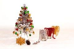 Un árbol de navidad de plata con las decoraciones coloridas Imagen de archivo libre de regalías