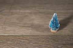 Un árbol de navidad del juguete como el fondo a un substrato de la tarjeta para las tarjetas, Foto de archivo