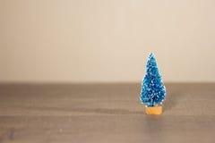 Un árbol de navidad del juguete como el fondo a un substrato de la tarjeta para las tarjetas, Imagenes de archivo