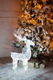 Un árbol de navidad encendido con los ciervos debajo Fotos de archivo libres de regalías