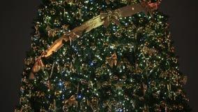 Un árbol de navidad magnífico, con las luces y las decoraciones de la Navidad que oscilan en cuadrado de ciudad del ` s de Moscú  almacen de video