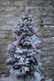 Un árbol de navidad nevoso blanco en Tallinn vieja imagen de archivo