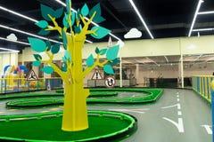 Un árbol hermoso del bebé con un tronco amarillo y hojas verdes y señales de tráfico en las ramas fotografía de archivo libre de regalías