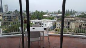 Un área muy cómoda del balcón en mi apartamento precioso en Alpha Sovereign Resort, personas que practica surf Paradise, Queen imagen de archivo