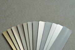 Un échantillon avec différentes couleurs des abat-jour en aluminium Photographie stock