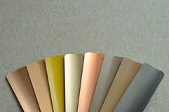 Un échantillon avec différentes couleurs des abat-jour en aluminium Image stock