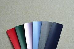 Un échantillon avec différentes couleurs des abat-jour en aluminium Photos stock