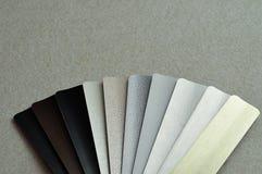 Un échantillon avec différentes couleurs des abat-jour en aluminium Images libres de droits