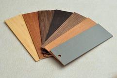 Un échantillon avec différentes couleurs des abat-jour en bois Images stock